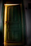 Geheimzinnige deur met licht die uit de binnenkant komen stock afbeeldingen
