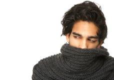 Geheimzinnige die mens met gezicht door wolsjaal wordt behandeld royalty-vrije stock afbeeldingen