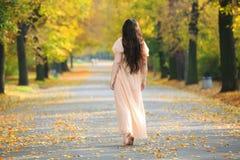 Geheimzinnige eenzame vrouw Stock Afbeeldingen
