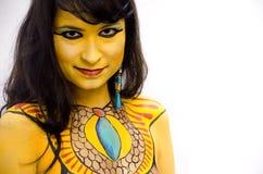 Geheimzinnige geel bodypainted stammengezicht van een meisje op een witte achtergrond royalty-vrije stock foto's