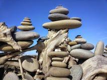 Geheimzinnige Gestapelde Stenen op het Dungeness-Spit Stock Afbeelding