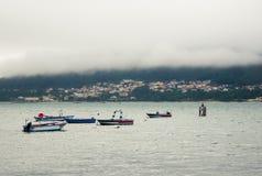 Geheimzinnige maritieme stad, boten en mist royalty-vrije stock afbeelding