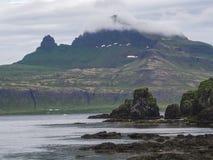 Geheimzinnige mening over mooie koning en koninginhornbjarg klippen in het westenfjorden, ver natuurreservaat Hornstrandir in IJs royalty-vrije stock afbeeldingen