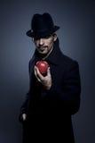 Geheimzinnige mens die een appel houdt stock foto