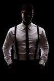 Geheimzinnige mens die zich in dark bevinden Royalty-vrije Stock Afbeeldingen