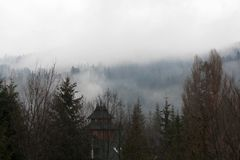 Geheimzinnige mist boven bergen bosdorp royalty-vrije stock foto's