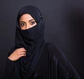 Geheimzinnige moslimvrouw Stock Afbeeldingen