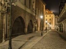 Geheimzinnige nachtstraat in Praag Mooie Mening Het steegverstand Stock Afbeelding