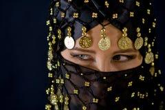 Geheimzinnige oostelijke vrouw in zwarte sluier royalty-vrije stock foto