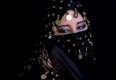 Geheimzinnige oostelijke vrouw in zwarte sluier stock fotografie