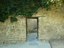 Geheimzinnige passage met de open deur stock foto's