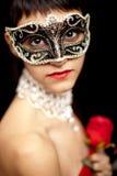 Geheimzinnige vrouw die een masker draagt, dat binnen diep kijkt royalty-vrije stock afbeeldingen