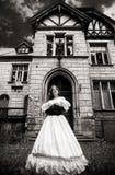 Geheimzinnige vrouw in een witte Victoriaanse kleding royalty-vrije stock foto