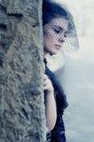 Geheimzinnige vrouw in het donkere sluier verbergen in het hol Stock Fotografie