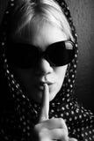 Geheimzinnige vrouw met sjaal Stock Afbeeldingen