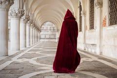 Geheimzinnige vrouw in rode mantel royalty-vrije stock fotografie