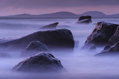 Geheimzinnige zonsondergang onder de rotsen Royalty-vrije Stock Foto