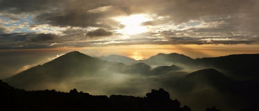 Geheimzinnige zonsopgang over krater Haleakala Royalty-vrije Stock Foto's