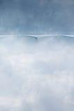 Geheimzinnigheid brug in de wintertijd van mistwolken Stock Fotografie