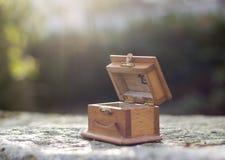 Geheimzinnigheid doos boven op steenplak stock foto's