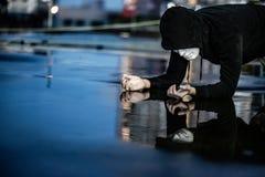 Geheimzinnigheid hoodie mens die in wit masker schuldig voelen royalty-vrije stock foto's