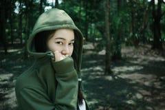 Geheimzinnigheid meisje in het bos Stock Fotografie