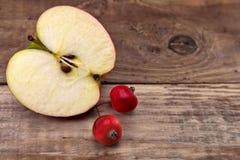 Gehele appelen en half Royalty-vrije Stock Afbeeldingen