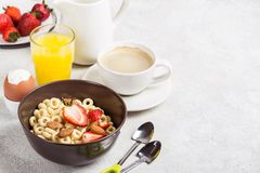 Gehele cheerios, de koffie, het jus d'orange en het ei van korrelringen Evenwichtig traditioneel ontbijt royalty-vrije stock afbeeldingen