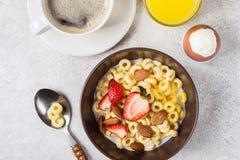 Gehele cheerios van korrelringen met aardbei, koffie en ei Evenwichtig traditioneel ontbijt royalty-vrije stock afbeeldingen