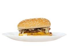 Gehele cheeseburger die op wit wordt geïsoleerdt Stock Afbeeldingen