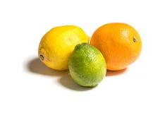 Gehele citrusvruchten van verschillende kleuren op wit Citroen, sinaasappel en kalk Royalty-vrije Stock Afbeeldingen