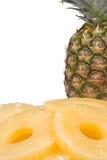 Gehele en gesneden ananas Stock Foto