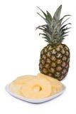Gehele en gesneden ananas Stock Fotografie