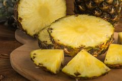 Gehele en gesneden ananassen stock afbeeldingen