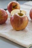 Gehele en gesneden appelen met bladeren Royalty-vrije Stock Fotografie