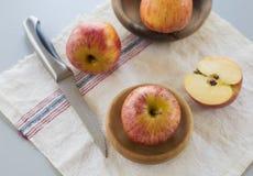 Gehele en gesneden appelen met bladeren Stock Foto's