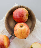 Gehele en gesneden appelen met bladeren Stock Fotografie