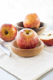 Gehele en gesneden appelen met bladeren Royalty-vrije Stock Afbeelding