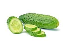 Gehele en gesneden komkommer op wit Royalty-vrije Stock Foto