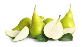 Gehele en gesneden peren op witte achtergrond stock afbeeldingen
