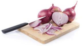 Gehele en gesneden rode uien op een scherpe raad royalty-vrije stock foto