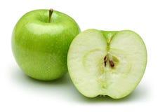 Gehele en half groene die appelen op wit worden ge?soleerd stock afbeelding