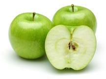 Gehele en half groene die appelen op wit worden ge?soleerd royalty-vrije stock foto