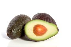 Gehele en halve avocado twee Royalty-vrije Stock Foto