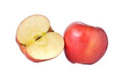 Gehele en halve besnoeiings rode appelen met stam op wit Stock Afbeeldingen