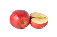 Gehele en halve besnoeiings rode appelen met stam op wit Stock Foto