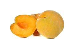 Gehele en halve besnoeiings rode appelen met stam op wit Stock Fotografie