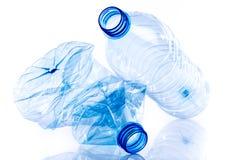 Gehele en verpletterde plastic flessen royalty-vrije stock afbeelding