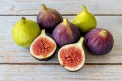 Gehele fig. en één die fig. in de helft worden gesneden Stock Foto's