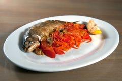 Gehele gebakken vissen Stock Foto's
